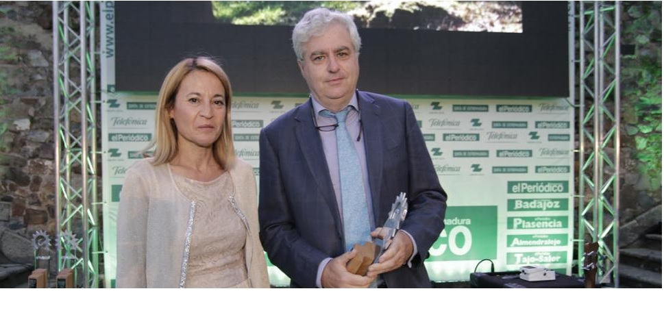Francisco Esparrago director de Señorío de Montanera recibiendo el premio a la mejor empresa agroalimentaria de Extremadura