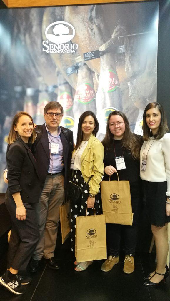 Bloggers en el stand de Señorío de Montanera
