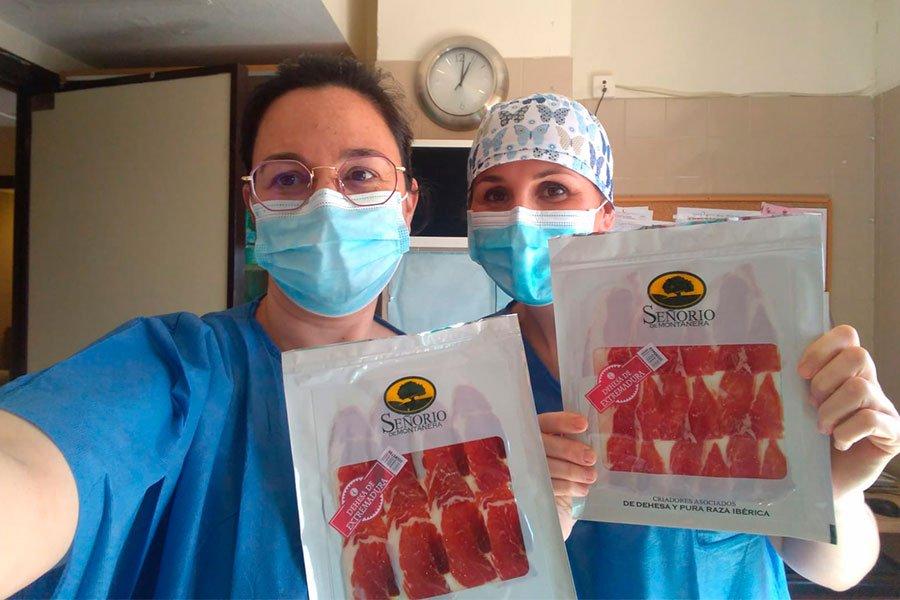 Personal sanitario junto a los producto Senorio de Montanera